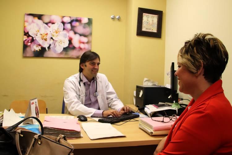 consulta del doctor Henao con paciente que ha superado el cáncer de mama