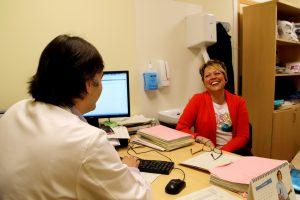 paciente recuperada acude a consulta de seguimiento del Dr. Henao