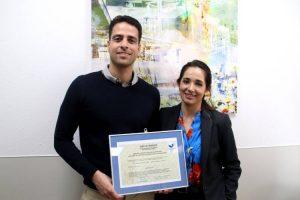 Javier-Medina-responsable-Medio-Abiente-y-Carmen-Garrido-Subdirectora-Servicios-Generales-con-el-certificado