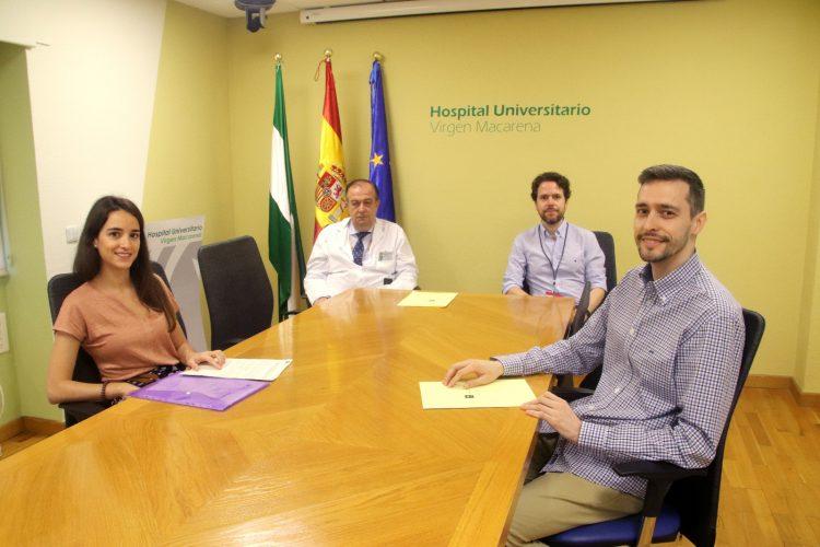 En la foto aparece el nuevo Director-Gerente, Miguel Ángel Colmenero, junto al jefe de Estudios del Hospital, Francisco Estrada, y dos de los MIR contratados.