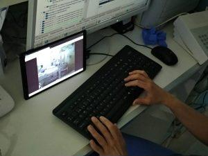 profesional sanitario dando indicaciones desde el control mediante videollamada