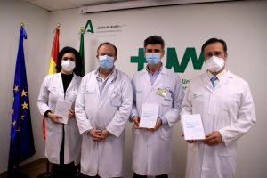Coautores de la Guía junto con el Gerente del Hospital Macarena, Miguel Ángel Colmenero