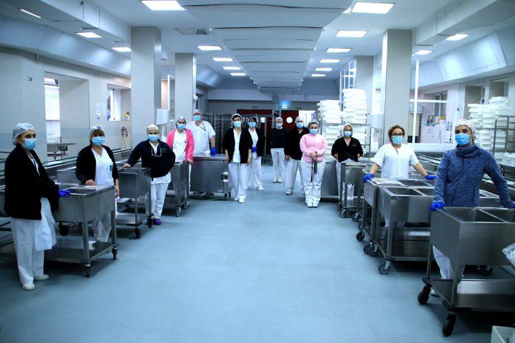 componentes del equipo de cocina del Hospital Macarena