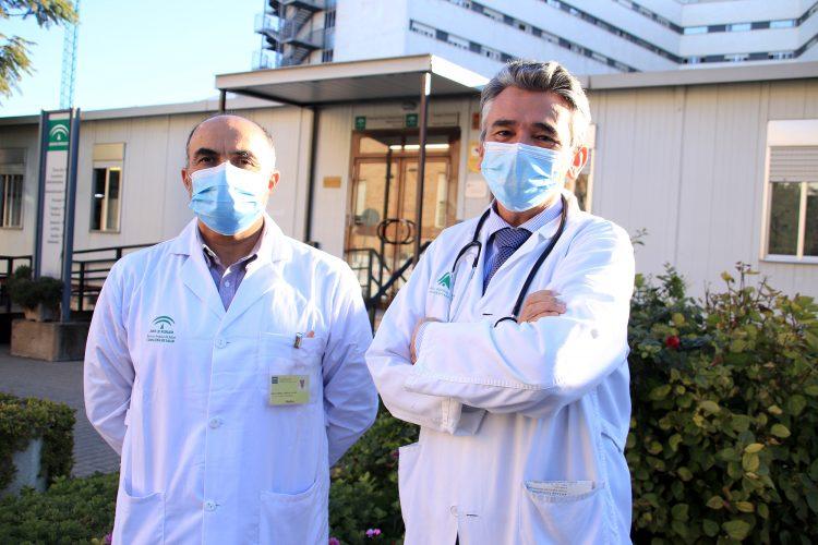 dr. Miguel Ángel Rico, jefe de servicio de Medicina Interna, junto al dr. Jaime Boceta, principal coodinador de las medicalizaciones