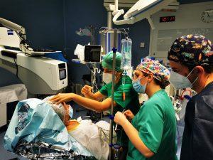 la doctora María Gessa en el desarrolo de esa formación práctica en plena intervención el Hospital de La Línea2