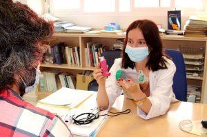 doctora Cristina Benito ilustrando a paciente como utilizar inhalador