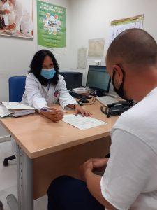 Soledad Montserrat, psicóloga de la Unidad de Tabaquismo del HUVM, atendiendo a un usuario