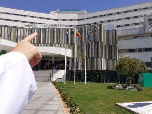 residente señalando el la entrada principal del Hospital Virgen Macarena